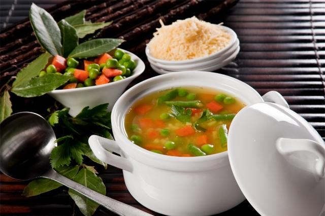 Esta sopa de recetas vegetarianas la puedes acompañar con una ensalada cruda...